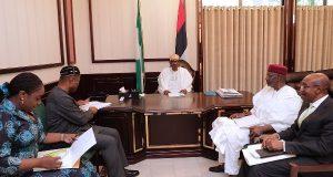 Buhari discusses Economy with Adeosun and Emefiele